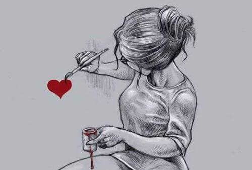 Mulher pintando coração
